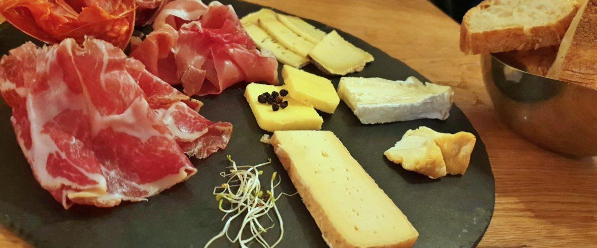 Le Cercle des Aromes: Tábua de queijos e frios da região