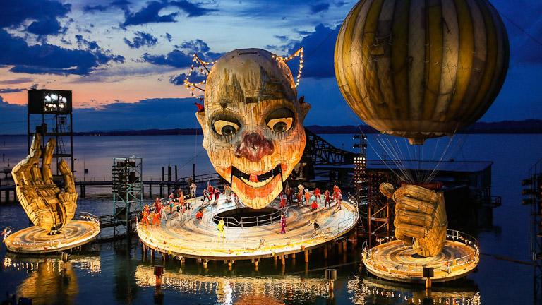 Bregenzer Festspiele: palco montado sobre o lago para a ópera Rigoletto de Giuseppe Verdi