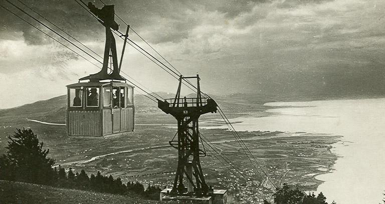 foto antiga em preto e branco do primeiro teleférico em funcionamento