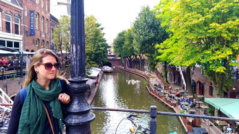 Canais de Utrecht e os bares à beira da água