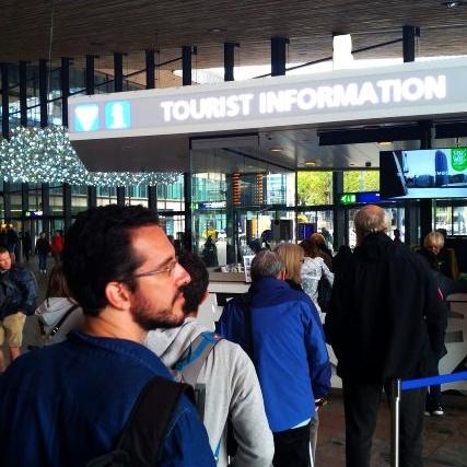 Augusto na fila do Centro de Informação Turística esperando para pegar o Rotterdam Welcome Card