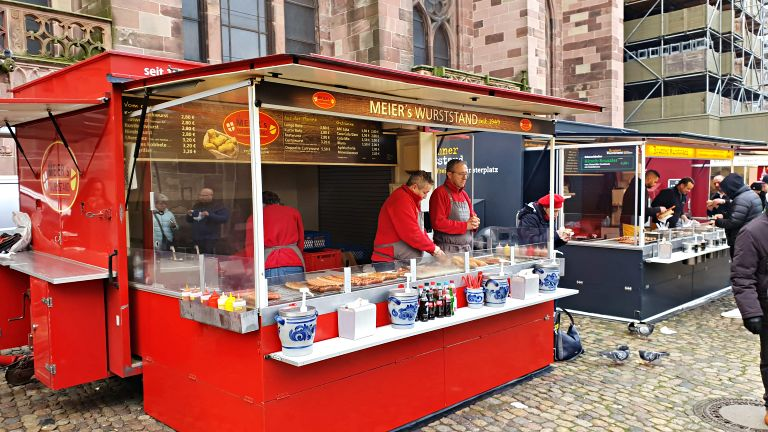 Freiburger Münstermarkt: barracas de 'Lange Rote' no mercado da Münster | Onde comer em Freiburg