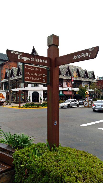 Detalhe das placas de sinalização na Av. Borges de Medeiros em Gramado