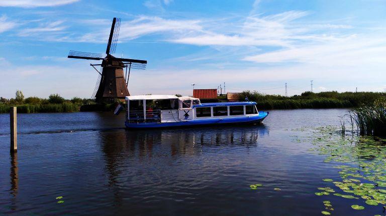 Kinderdijk: Pequeno Barco Turismo que circula pelos canais entre os moinhos