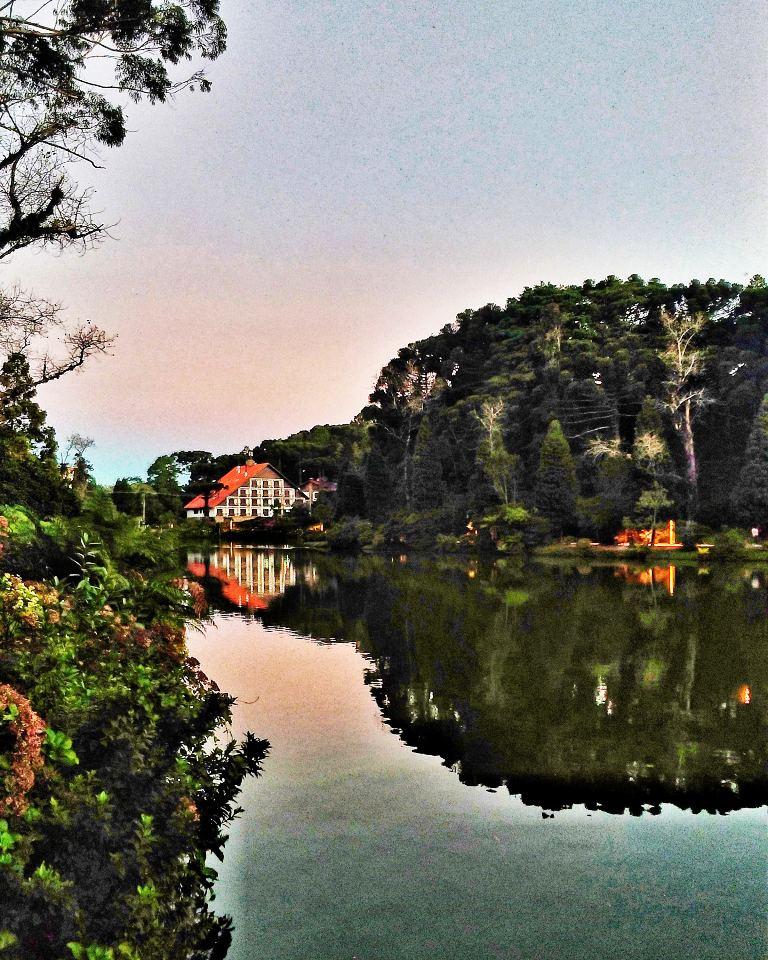 Reflexos na água no belo entardecer do Lago Negro