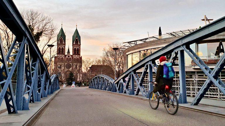 Ponte Wiwilíbrücke e Igreja do Sagrado Coração (Katholieke Kirche Herz Jesus) ao fundo | O que fazer em Freiburg