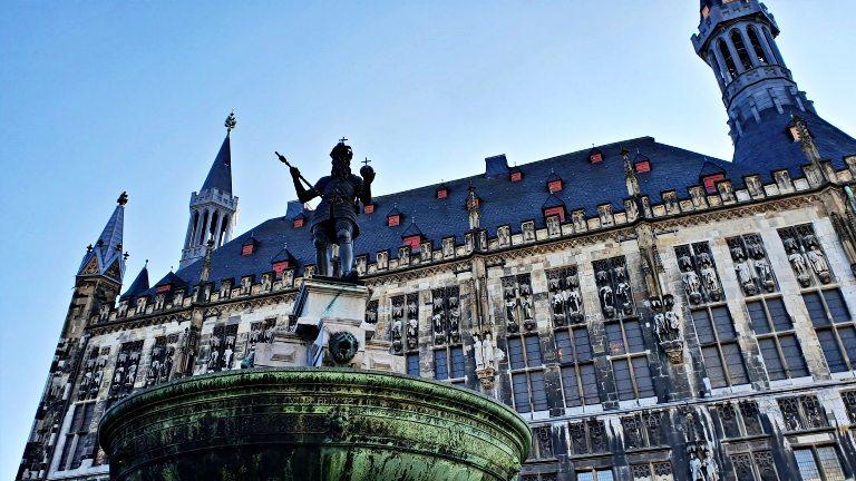 Marktplatz: Rathaus Aachen (a prefeitura) e a Karlsbrunnen (fonte de Carlos Magno)