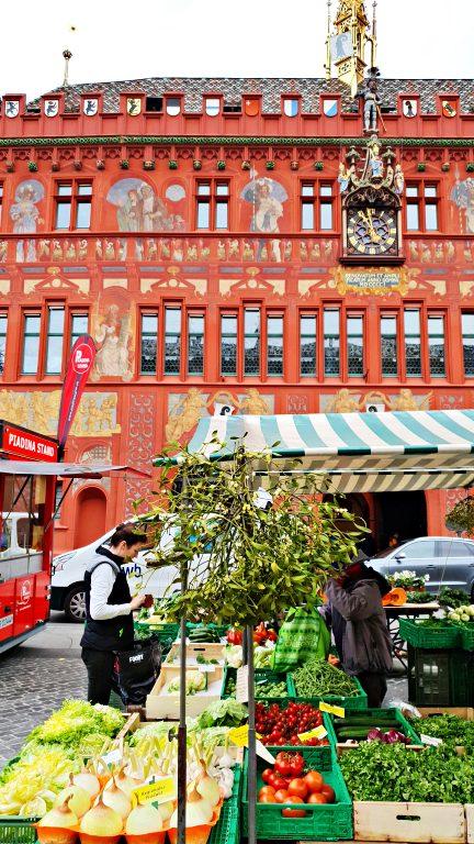 Stadmarkt: mercado de rua em frente à Rathaus (Prefeitura), na Marktplatz | O que fazer em Basel