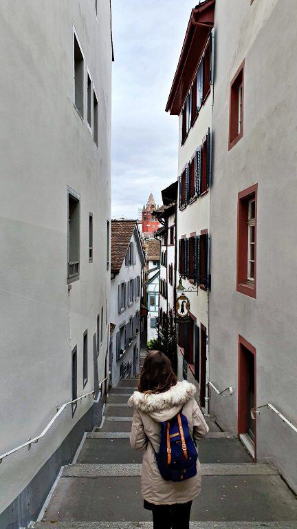 Descendo pela Imbergässlein com a torre da Rathaus ao fundo | O que fazer em Basel