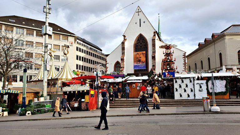 Mercado de Natal de Basel na Barfüsserplatz, em frente a Barfüsserkirche | O que fazer em Basel