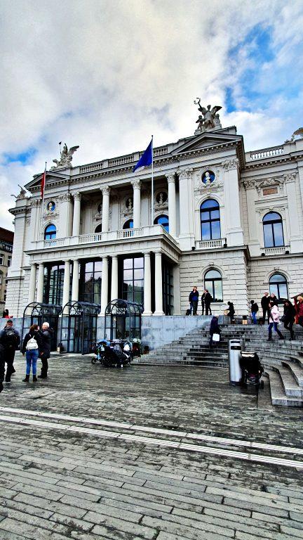 Praça Sechseläutenplatz e a Opernhaus Zürich | O que fazer em Zurique