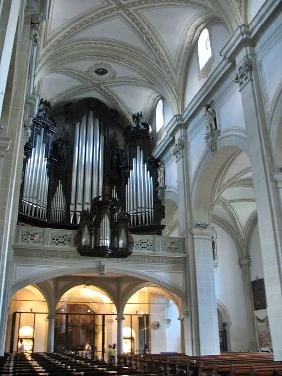 órgão na parte interna da Hofkirche St. Leodegar - Igreja Hof São Léger